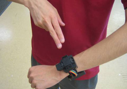 Visar hur en man styr sin klocka med hjälp av gester.