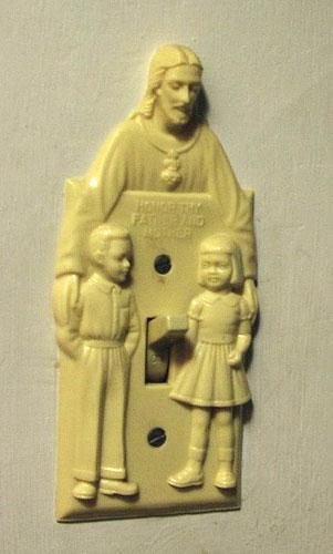 Lampknapp med Jesus-motiv, där själva strömbrytaren hamnat väldigt olyckligt.