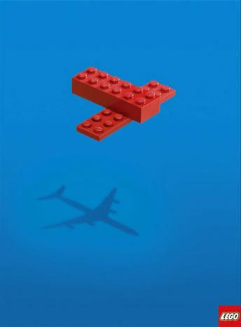 Två ihopbyggda legobitar kastar en flygplansskugga.